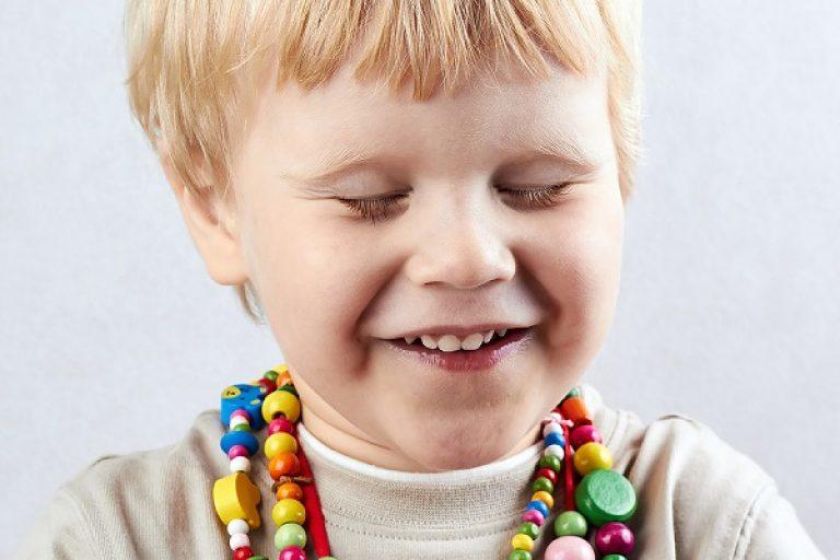 Причины моргания глаз у ребенка